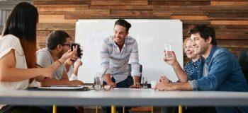 Jefe con empleados para representar cómo trabajar en equipo