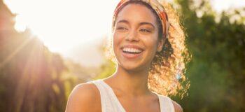 Mujer feliz sonriendo al aire libre